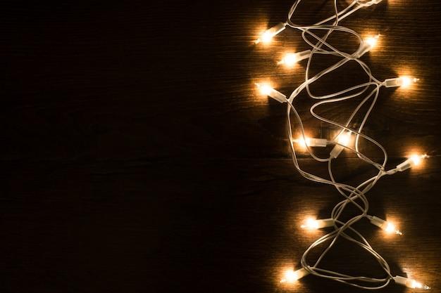 Weihnachtszauberlichter auf einem hölzernen hintergrund. Premium Fotos