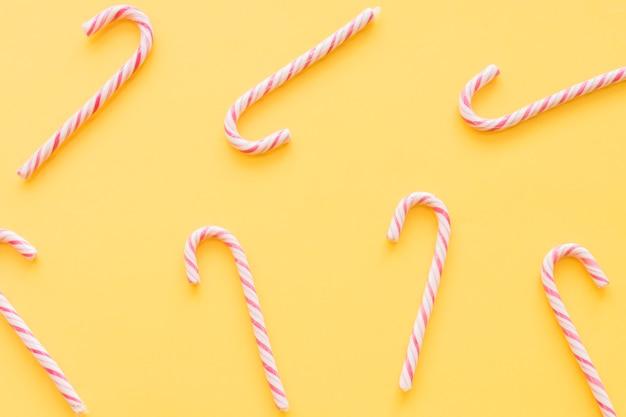 Weihnachtszuckerstangen auf gelbem hintergrund Kostenlose Fotos