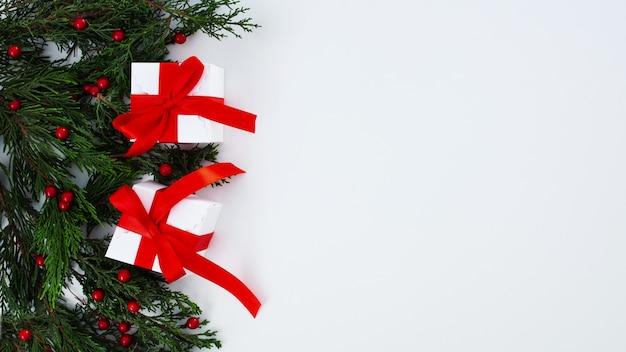 Weihnachtszusammensetzung auf einem weißen hintergrund Kostenlose Fotos