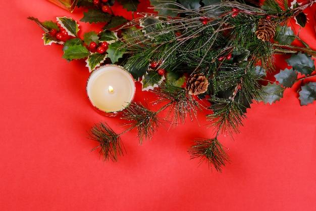 Weihnachtszusammensetzung für roten hintergrund der feier des neuen jahres Premium Fotos