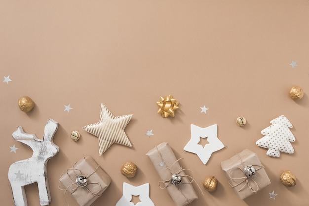 Weihnachtszusammensetzung. geschenke, handwerk und goldene dekorationen auf weißem hintergrund. flache lage, draufsicht, kopienraum Premium Fotos