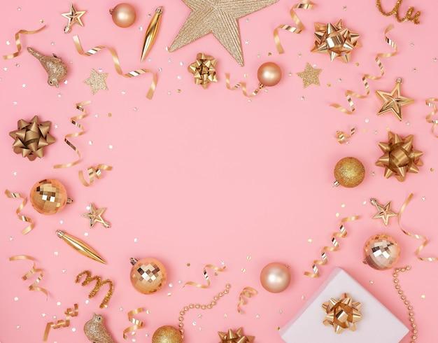 Weihnachtszusammensetzung mit dekorationen und geschenkbox mit goldenen bögen und sternkonfettis Premium Fotos