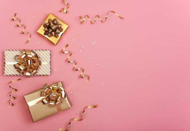 Weihnachtszusammensetzung mit dekorationen und geschenkbox mit stern Premium Fotos
