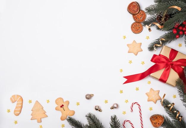 Weihnachtszusammensetzung mit dekorationen und geschenkbox mit weihnachtsplätzchen und sternkonfettis Premium Fotos