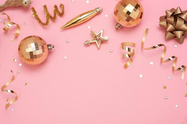 Weihnachtszusammensetzung mit dekorationen und geschenkbox Premium Fotos