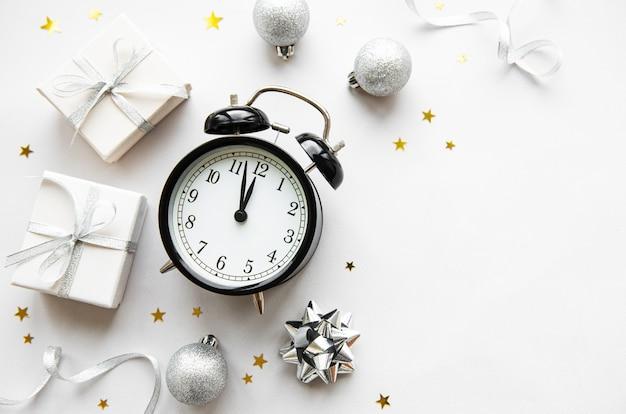 Weihnachtszusammensetzung mit wecker und dekorationen Premium Fotos