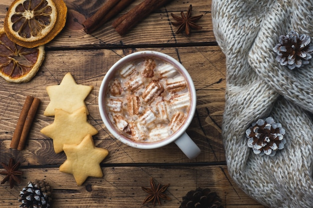 Weihnachtszusammensetzung, plätzchen der heißen schokolade, kiefernzweige, zimtstangen, anissterne. Premium Fotos