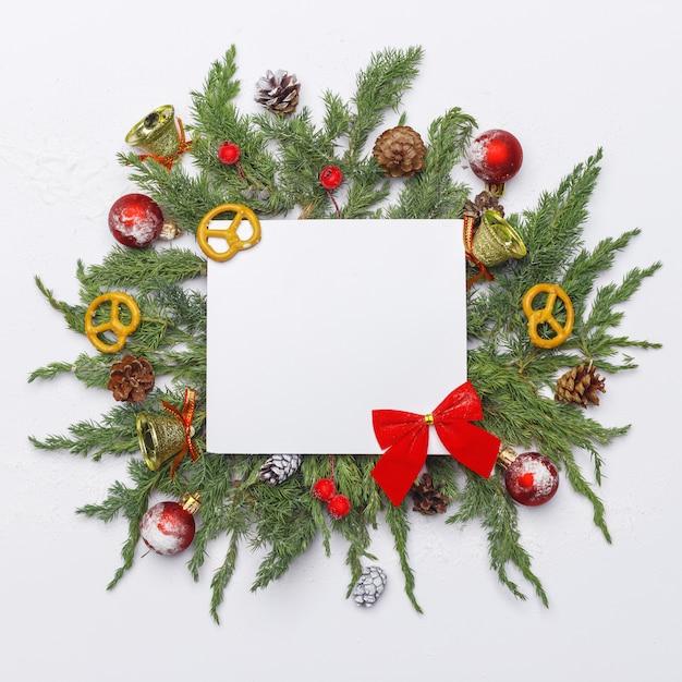 Weihnachtszusammensetzung von nadelbäumen, von dekorationen und von bonbons auf hellem hintergrund. flach liegen. draufsicht natur-neujahrskonzept. kopieren sie platz. Premium Fotos