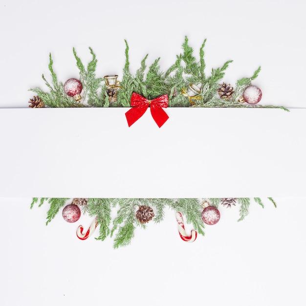 Weihnachtszusammensetzung von nadelbäumen, von dekorationen und von bonbons. flach liegen. draufsicht natur-neujahrskonzept. kopieren sie platz. Premium Fotos
