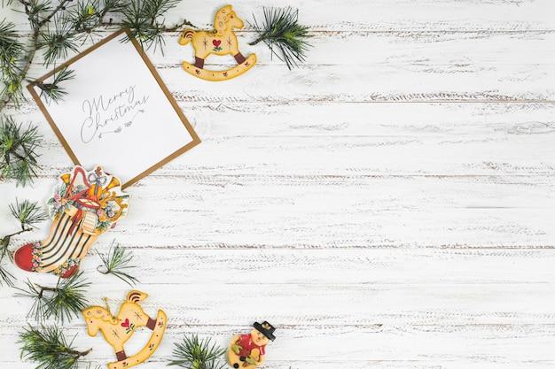 Weihnachtszusammensetzung von niederlassungen mit spielwaren Kostenlose Fotos