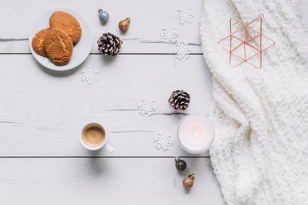 Weihnachtszusammensetzung von plätzchen mit kerze Kostenlose Fotos