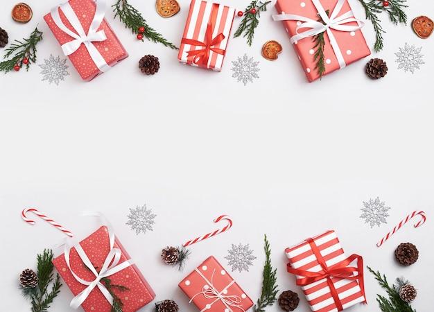 Weihnachtszusammensetzungshintergrund mit dekorationen und geschenkbox Premium Fotos