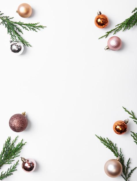 Weihnachtszusammensetzungsrahmen mit dekorationen und weihnachtsball Premium Fotos