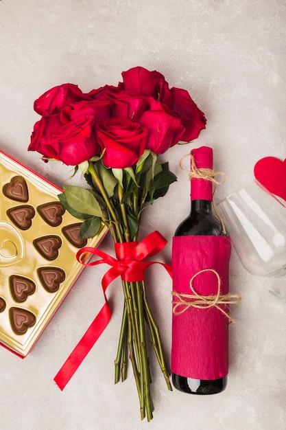 Wein leckere schokolade und bouquet von rosen Kostenlose Fotos