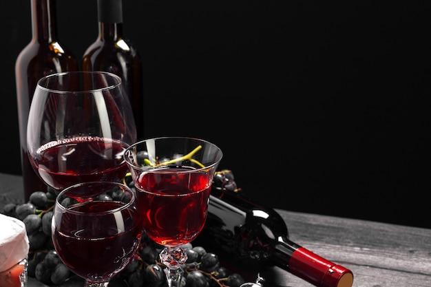 Wein und käse auf dem tisch Premium Fotos