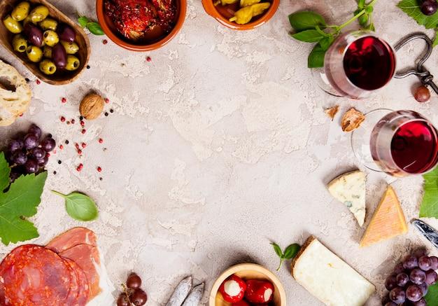 Wein und snack auf rustikalem hintergrund Premium Fotos