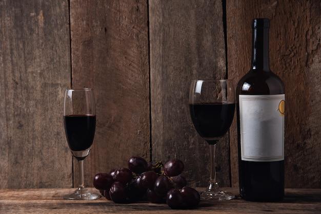 Wein und traube auf hölzernem tabellenholzhintergrund Premium Fotos