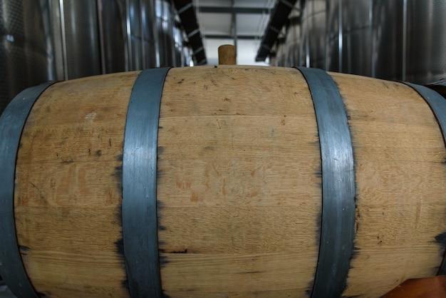Weinfässer im alten keller der weinkellerei gestapelt Premium Fotos