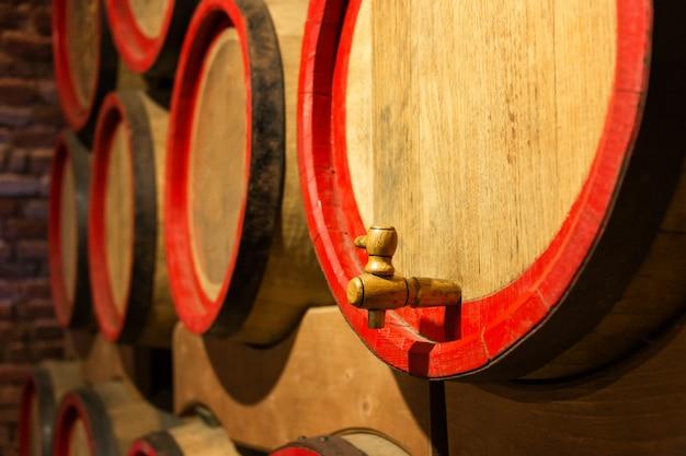 Weinfässer im antiken keller Premium Fotos