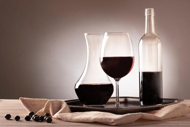 Weinflasche mit glas und karaffe Kostenlose Fotos