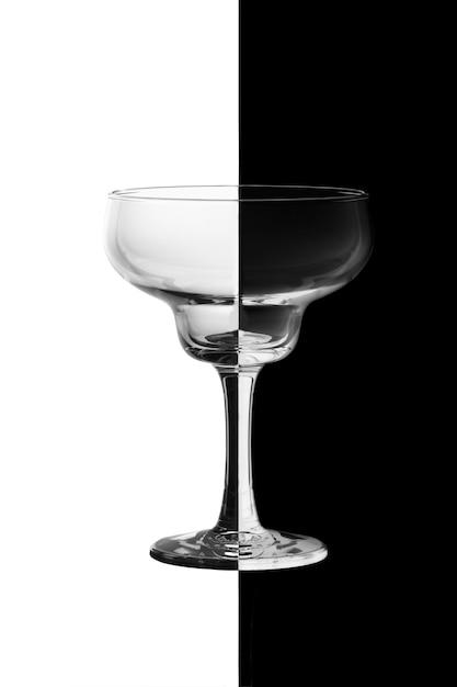 Weinglas auf schwarzweiss-hintergrund. Premium Fotos