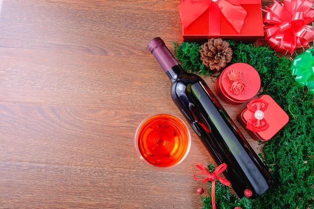 Weinglas und weinflasche mit weihnachtsgeschenkbox Premium Fotos