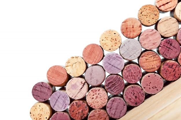 Weinkorken lokalisiert auf weißem hintergrund. mehrfarbige korken aus weiß- und rotweinflaschen. Premium Fotos