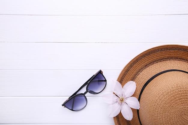 Weinlese fabrizieren strohhut und sonnenbrille auf weiß. Premium Fotos