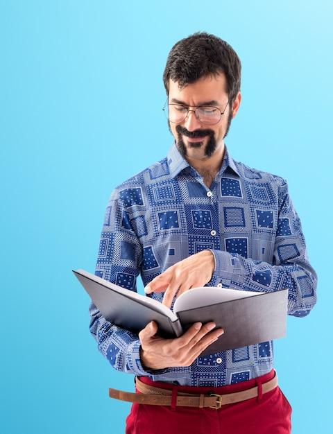 Weinlese junger mann, der buch liest Kostenlose Fotos