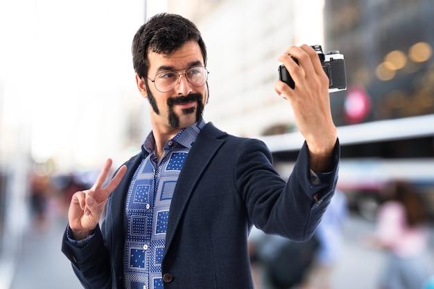 Weinlese junger mann, der ein selfie macht Kostenlose Fotos