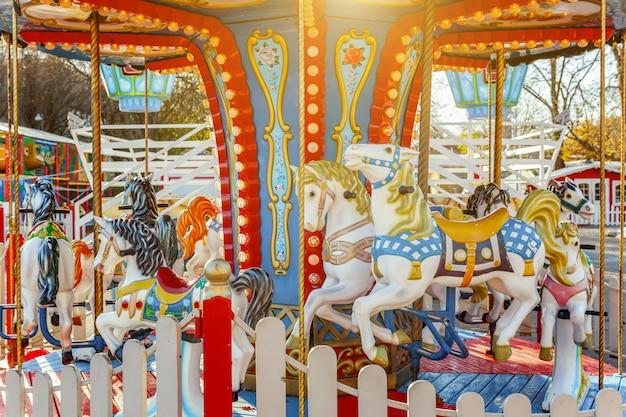 Weinlese-karussellfliegen-pferdekarussell im vergnügungspark Premium Fotos