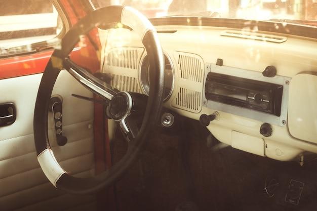 Weinleseautoinnenraum - nahaufnahme innerhalb der antiken autos Premium Fotos