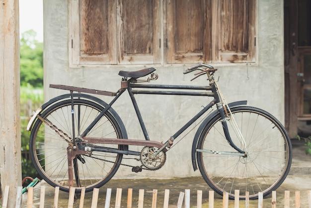 Weinlesefahrrad am alten haus Premium Fotos