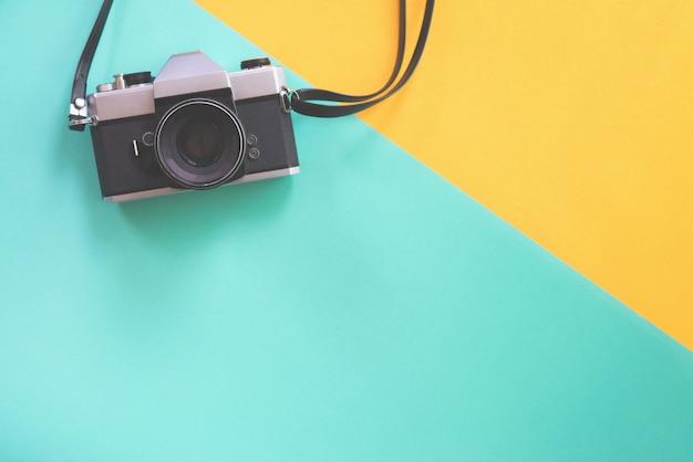 Weinlesekamera auf weinlesepastellhintergrund. Premium Fotos