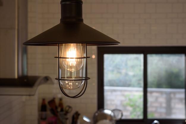 Weinleselampe dekorativ im küchenraum in meinem haus. Premium Fotos