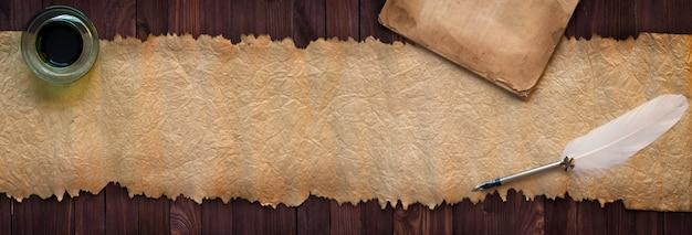 Weinlesemanuskript mit stift auf schreibtisch, papierbeschaffenheit als hintergrund für text Premium Fotos