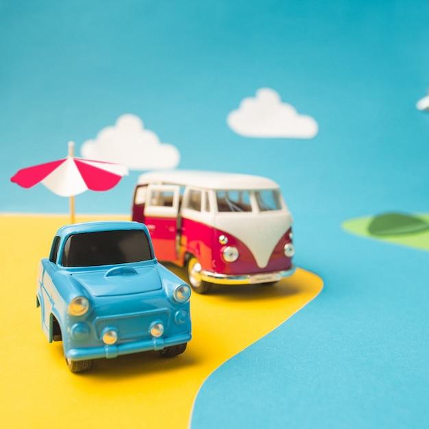 Weinleseminiaturauto und -minivan in der gefälschten landschaft Kostenlose Fotos