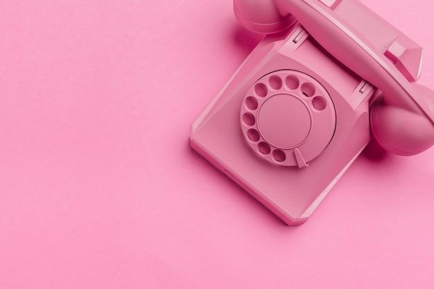 Weinlesetelefon auf rosa Premium Fotos