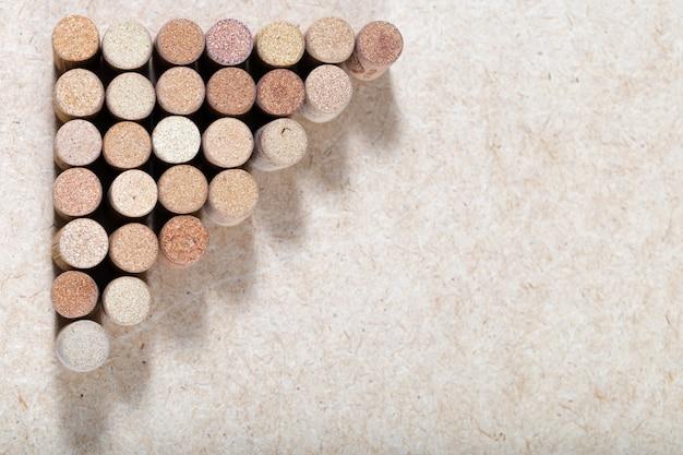 Weintopfhintergrund horizontal. kopieren sie platz für ihren text. muster von gebrauchten weinstopfen. verschiedene korken weißwein. Premium Fotos