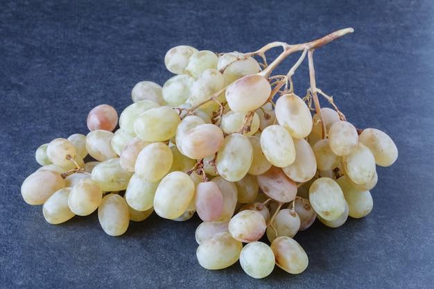 Weintraube auf dem holzboden, weintraube bilder in verschiedenen konzepten. natürliche weintrauben, weinberge und trauben, Premium Fotos