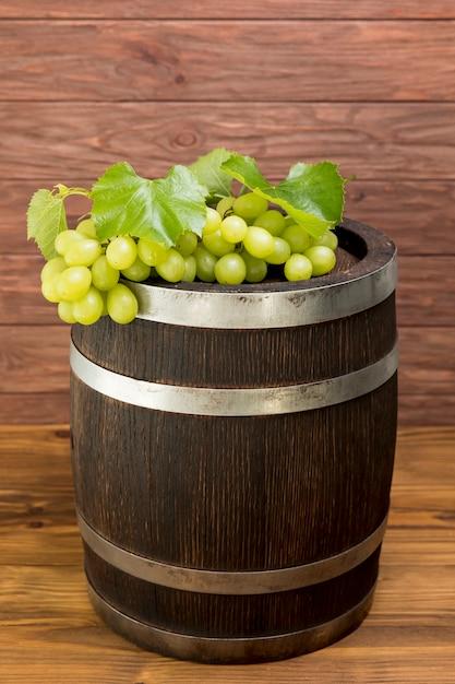 Weintraube auf hölzernem fass Kostenlose Fotos