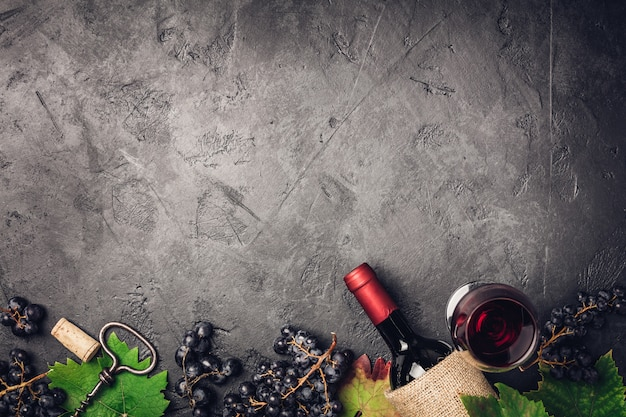 Weinzusammensetzung auf dunklem rustikalem hintergrund Premium Fotos