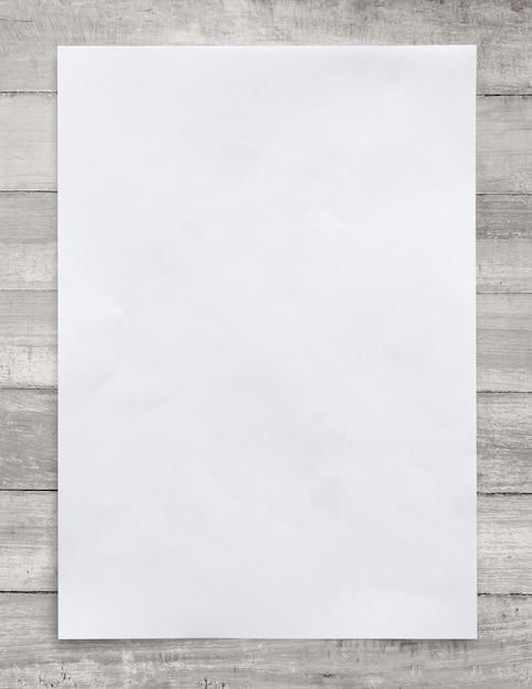 Weißbuch auf hölzernem hintergrund Premium Fotos