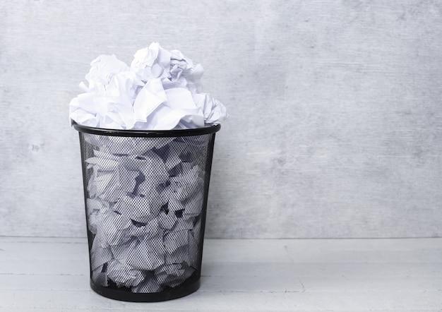 Weißbuch im mülleimer Kostenlose Fotos