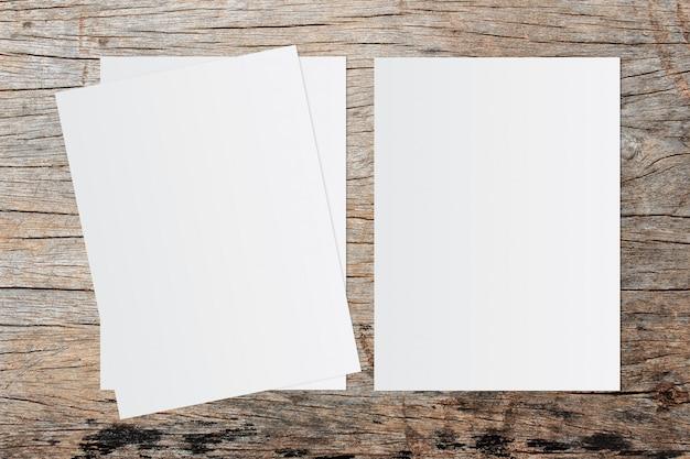 Weißbuch und platz für text auf altem hölzernem hintergrund Premium Fotos