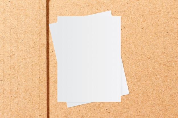 Weißbuch und platz für text auf kraftpapierhintergrund Premium Fotos