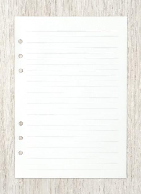 Weißbuchblatt auf holz für hintergrund. Premium Fotos