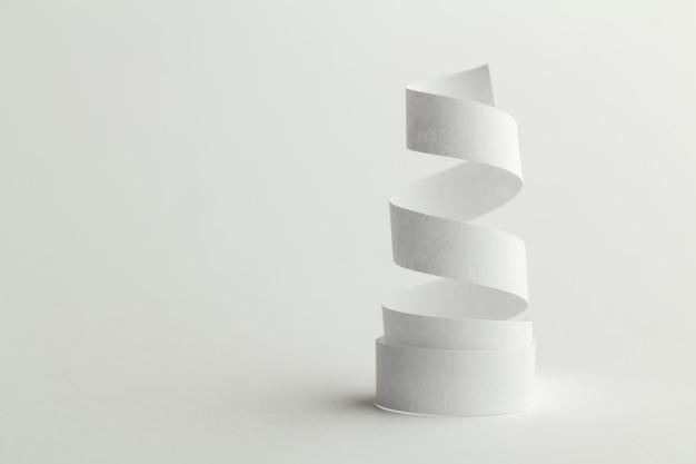 Weißbuchspirale auf weiß Premium Fotos