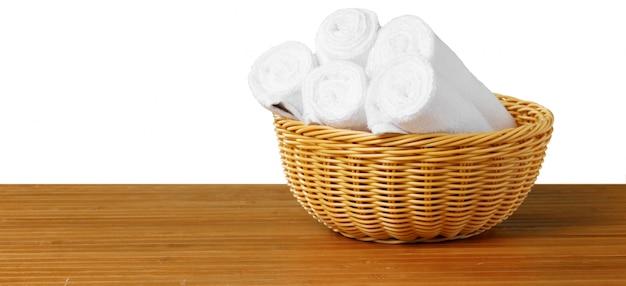 Weiße badekurorttücher auf der tabelle Premium Fotos