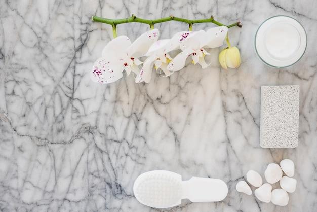 Weiße badezimmerprodukte auf marmoroberfläche Kostenlose Fotos
